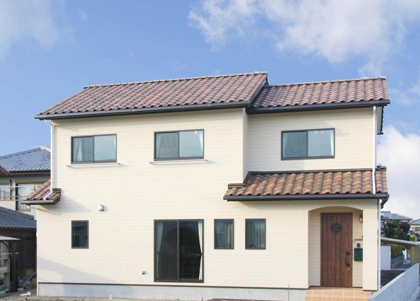やさしいクリーム色の外壁とレンガ色の洋瓦がかわいいナチュラルなお家